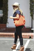 http://img276.imagevenue.com/loc579/th_810381432_Hilary_Duff_Fred_Segal_West_Hollywood2_122_579lo.jpg
